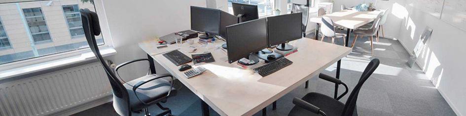Header van ruim verlichte kantoorruimte gelegen op de eerste verdieping